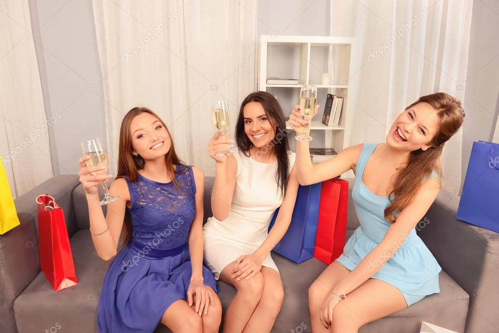 Femmes célibataires alcool glamour jeune croqué